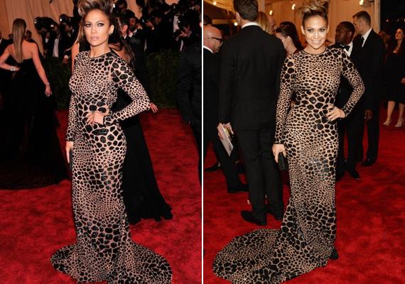 Jennifer Lopez a Met-gálára érkezett ebben a leopárdmintás Michael Kors ruhában. Gömbölyded formáit remekül kiemelte ez a vadító minta.