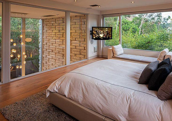 A két hálószobából az egyik: a természetben érezheti magát az ember a gyönyörű kilátás és a hatalmas üvegablakok miatt.