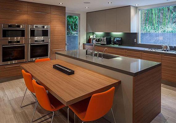 Meryl Streep házának bútoraira jellemzőek a fa-, a faragott kő elemek és a hatalmas üvegfelületek. A konyhában személyzet gondoskodik a finom ételekről.