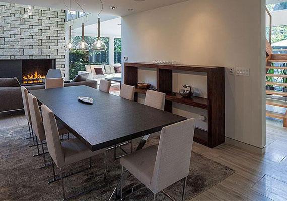 A luxusház a több hálószobával, fürdőszobával és nappalival nagyon modern hatást kelt, ám családias, otthonos jellege van. Erről a hatalmas étkezőasztalról mi is szívesen ennénk.