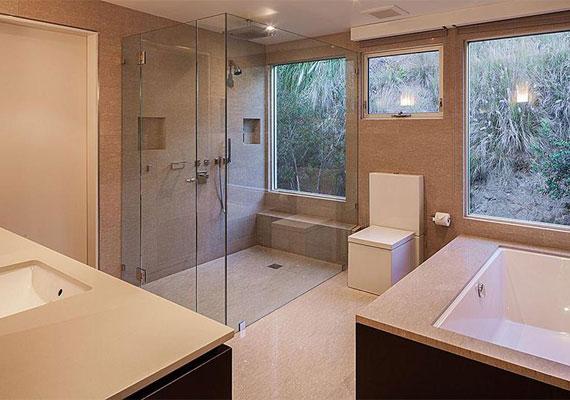 Az egyik fürdőszoba a három közül: minden van benne, ami egy kényelmes relaxációhoz elengedhetetlen: masszázskád, zuhanyfülke és különleges, kocka alakú WC.
