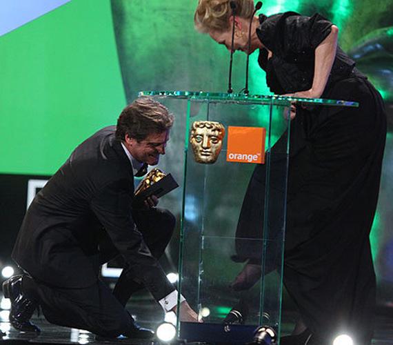 Colin Firth, a díj átadója gálánsan utána vitte a lábbelit, és felsegítette a színésznő lábára. Ezért a lovagias tettért lett csók a jutalma.