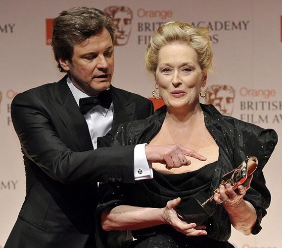 A két filmsztárnak nem ez volt az első közös jelenete, az ABBA című musicalben is együtt játszottak. Ott a sármos Colin Firth a főszereplőnőt alakító Streep gyerekének egyik apajelöltjét játszotta.