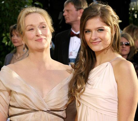 A csinos Louisa legutóbb a Golden Globe-gálán jelent meg anyja oldalán, a csinos sztárcsemete sugárzóan szép volt krémszínű estélyijében.