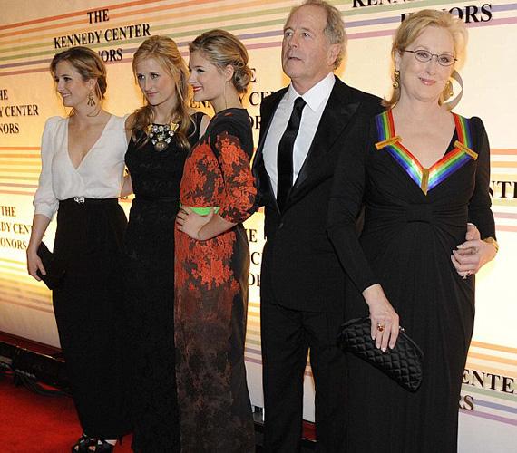 A három lány és a büszke szülők: Meryl Streep és férje, Don Gummer 2011 decemberében, a washingtoni Kennedy Központban tartott gálán.