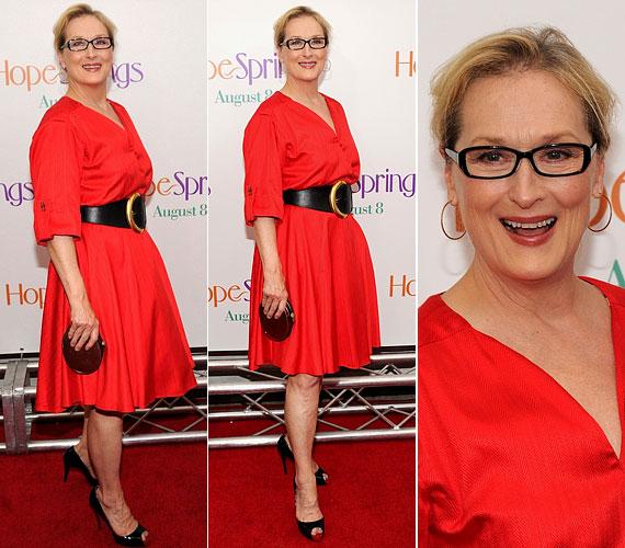 Így lehet valaki 60 felett is természetesen nőies: a vibráló színek és egy divatos szemüveg többet ér, mint egy ügyes plasztikai sebész.