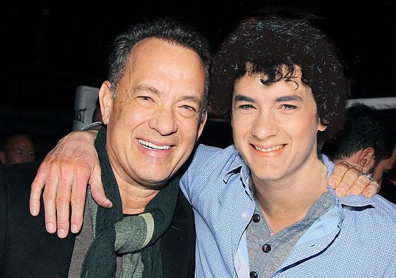 Tom Hanks 1980-ban, 24 évesen és napjainkban, 57 évesen.