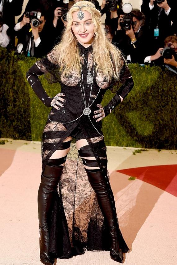 Madonna alaposan kivágta a biztosítékot rajongóinál ezzel a merész együttessel, melyből nem csak a mellei, de feneke is kivillant. A kommentelők szerint ennyi idősen már ízléstelen egy ilyen sokat mutató darab.