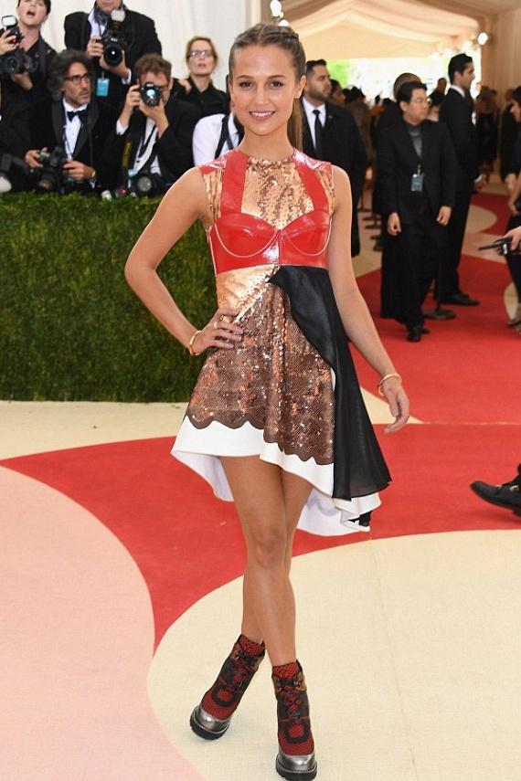 A gyönyörű Alicia Vikander is nagyon mellélőtt a választásával - olyan ez a szerelés, mintha négy különböző ruhából varrták volna egybe. A bowlingos cipő sem javít az összhatáson.