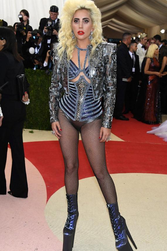 Lady Gaga szettje több mint érdekes, az összhatás valahogy kaotikus. Ráadásul úgy tűnik, mintha az énekesnő elfelejtett volna nadrágot húzni.