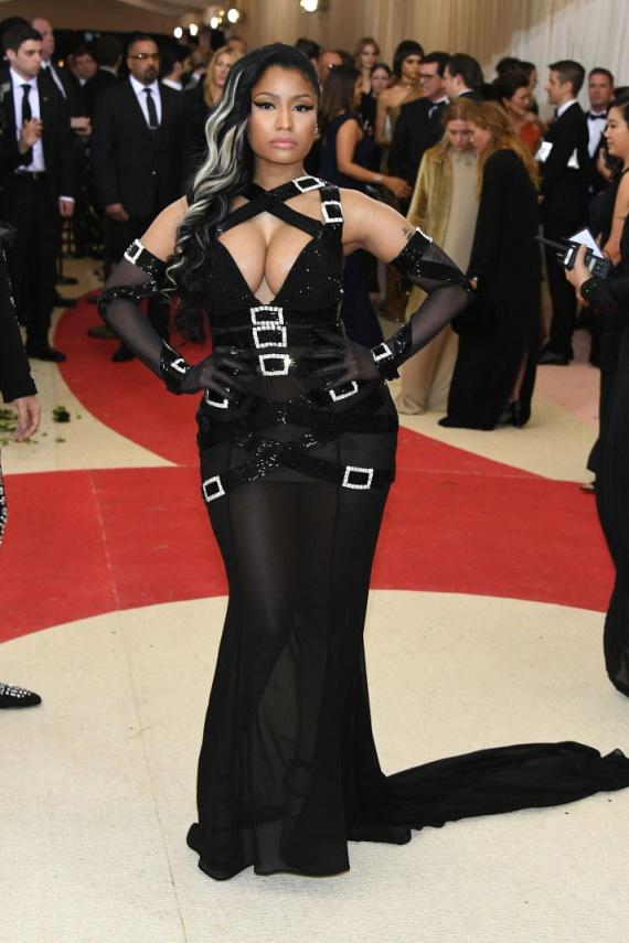 Nicki Minaj sem hazudtolta meg magát: ismét dekoltázsa került középpontba ebben a csillogó pántokkal díszített, fekete estélyiben.