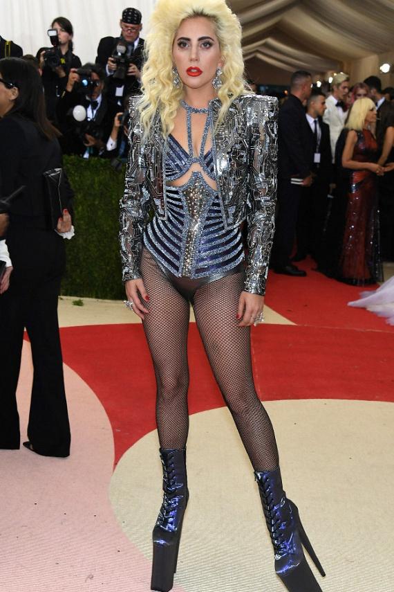 Lady Gaga is mintha elfelejtett volna nadrágot húzni, bár az énekesnő mindig a botrányos öltözékeiről volt híres.