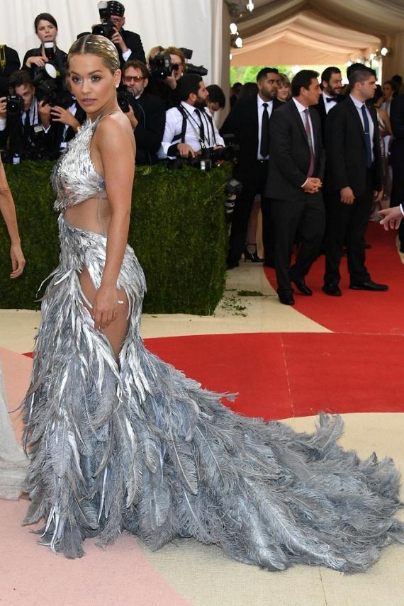 Rita Ora most is megvillantotta gömbölyded formáit, amikre olyan büszke - ez a tollas kreáció igazán nem sokat bízott a fantáziára.