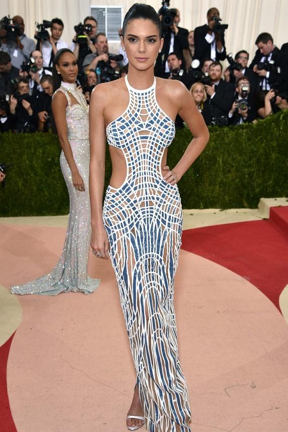 Kendall Jenner egy kivágott Versace ruhában érkezett a gálára. Nem csoda, hogy a gyönyörű valóságshowsztárt olyan divatcégek szerződtették le, mint az Estée Lauder, a Balmain vagy a Chanel.
