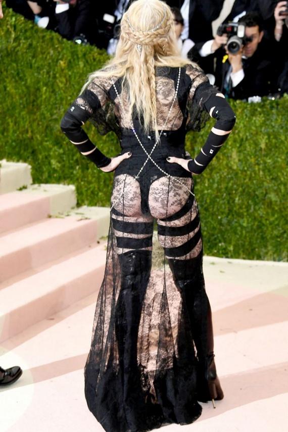 Hátul még kevesebbet takart az énekesnő együttese, büszkén mutogatta, hogy az egész feneke kint van a ruhából.