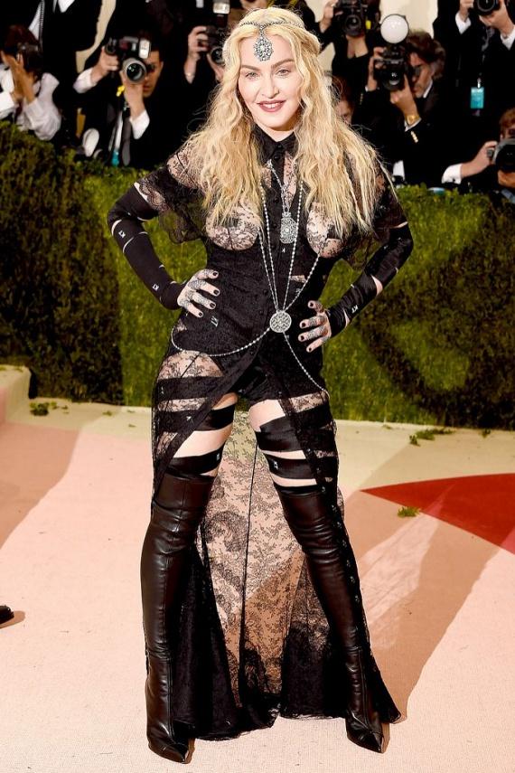 Madonna mellét csak egy kis csipke takarta ebben a merész ruhában. Sokak szerint ezúttal túl messzire ment, 58 évesen nem kellene így mutogatnia magát.