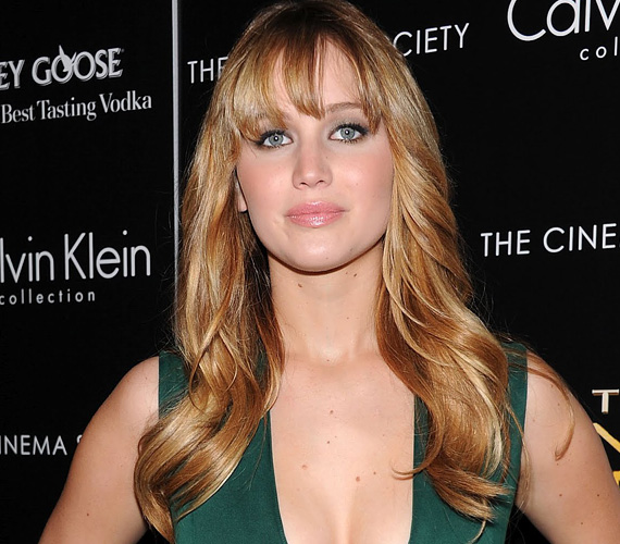 Jennifer Lawrence is a legújabb hackelési ügy áldozatai között van. A telefonján tárolt meztelen képeit állítólag úgy tudták megszerezni, hogy hozzáfértek a fotók iCloud-os biztonsági mentéséhez. Ráadásul a tettesek azzal fenyegetőznek, hogy további hírességek - Rihanna, Selena Gomez - fényképeit és videóit is ellopták, és hamarosan fel is teszik a netre.