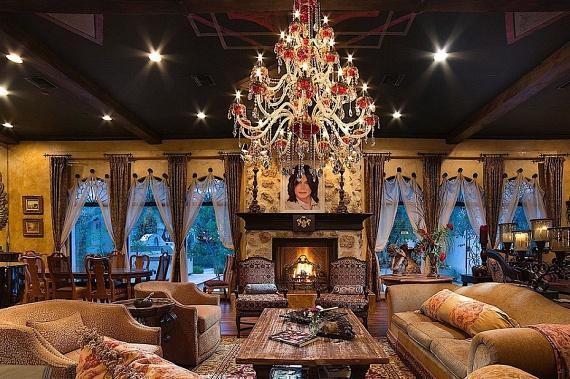 Mintha India egyik királyának hálószobáját látnánk! A popcsillag extravagáns otthonát most bármelyik rajongó megszerezheti 9,5 millió dollárért, azaz átszámítva több mint 2,6 milliárd forintért.