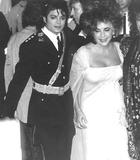 Elizabeth Taylorral  Több hírességgel is szoros baráti kapcsolatot ápolt. Legközelebb Elizabeth Taylor állt hozzá, akitől a King of the Pop, azaz a pop királya elnevezést is kapta.  Kapcsolódó cikk: 79 éves korában elhunyt Elizabeth Taylor »
