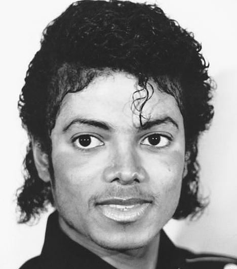 Teljesen átalakult  Michael számos plasztikai műtéten esett át, idővel teljesen megszabadult afroamerikai vonásaitól. Ezen a képen még felismerhető eredeti arca.
