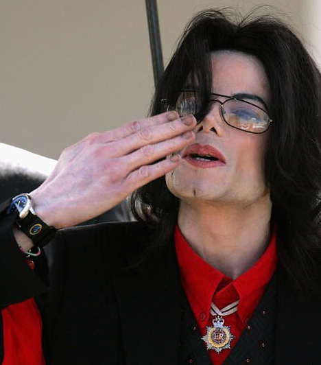 Bírósági per  2005 márciusában Santa Mariában zajlott a pedofíliával vádolt Jackson legnagyobb pere, amelyben különböző tanúk rendkívül súlyos vádakkal illették az énekest. A bíróság végül minden vádpontban ártatlannak találta.