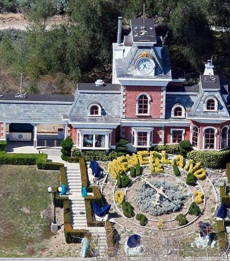 Neverland Ranch  A Neverland Ranch birtok - melyet Jackson 1988-ban vásárolt - erősen elhanyagolt állapotba került az énekes halála előtti években. A kaliforniai hatóságok 2006-ban elrendelték a birtok bezárását, mivel Jackson nem tudta fizetni alkalmazottai járandóságát, és az ingatlan megfelelő biztosításáról sem gondoskodott.  Kapcsolódó cikk: Exkluzív fotók! Michael Jackson ebben a luxuslakásban töltötte utolsó napjait »