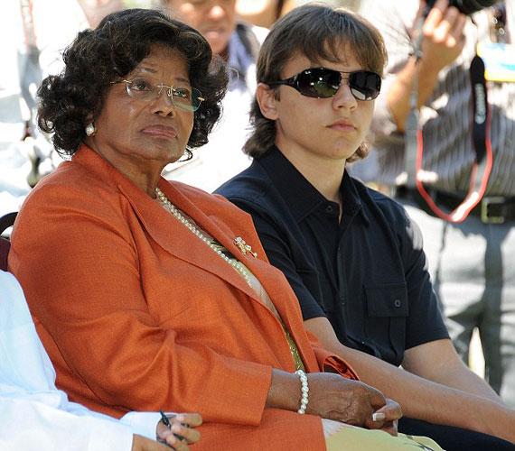 A 14 éves Prince pedig már szinte kész férfi, legalábbis úgy ült nagymamája mellett.
