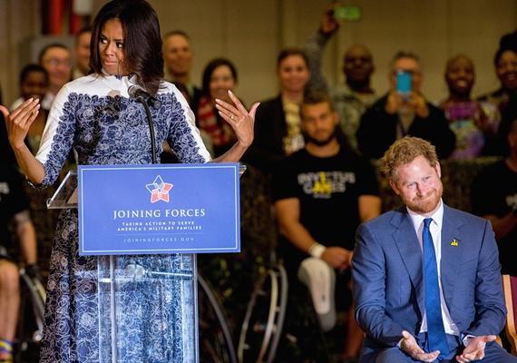 Még a közönség figyelmét is felhívta a herceg szexi szakállára, arra kérte őket, hogy ne szégyenlősködjenek miatta, nyugodtan bámulják meg, ahogy ő is tette.