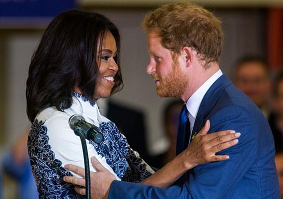 Michelle-t láthatóan elvarázsolta Harry herceg. Kétszer már volt alkalmuk találkozni, de akkor még nem növesztett szakállat, ami most nagyon megtetszett a first ladynek.