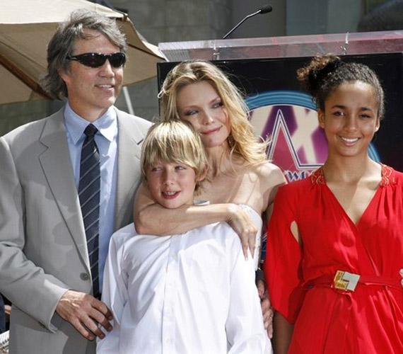A jeles alkalomra ünneplőbe öltözött az egész család, míg a sztármami fehérben érkezett, Claudia tűzpiros koktélruhát öltött.