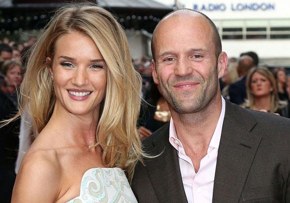 A szállító sztárjának, Jason Stathamnek a Victoria's Secret fehérneműcég egyik angyalát, Rosie Huntongton-Whiteley-t sikerült magába bolondítania. A 20 évvel fiatalabb modell ujjára pedig egy gyönyörű gyémántgyűrű is felkerült.