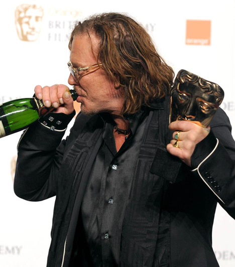 BAFTA-díjjal is jutalmazták  A díjeső következő állomása a BAFTA-díj volt, Rourke pedig csúnya szavakkal teletűzdelt köszönőbeszéde után stílusosan azonnal megkezdte az ünneplést.