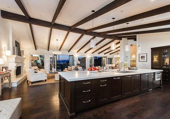 A több mint 460 négyzetméteres házban fapadló van, valamint a gerendák is rusztikus hatást kölcsönöznek.