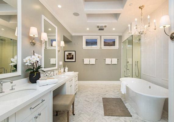 A fürdőszobákban kád is, zuhanyzó is van.