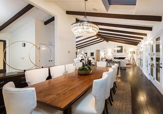 Az étkező egy légtérben van a nappalival, és tíz vendéget kényelmesen le lehet ültetni benne.