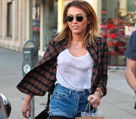 Úgy tűnt, Miley Cyrus észre sem vette, hogy a testére tapadó fehér top túl sokat mutat.