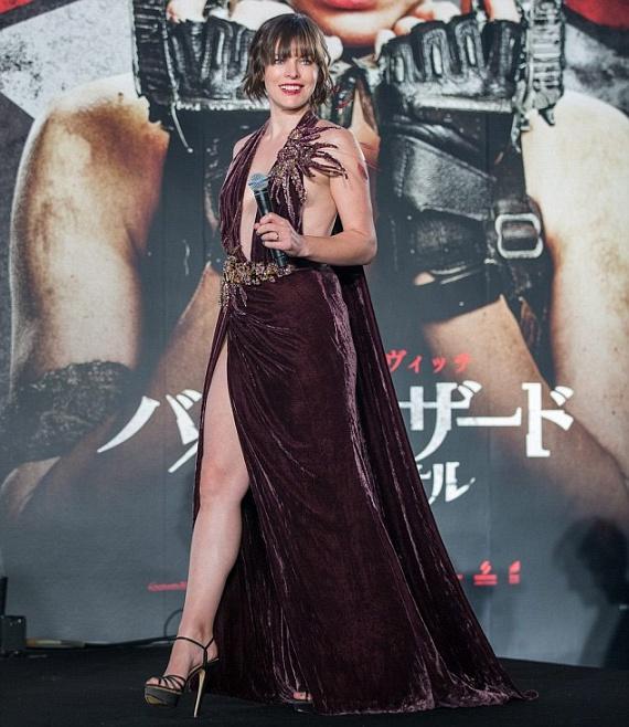Milla Jovovich egy burgundiszínű Elie Saab ruhában érkezett a rendezvényre, ami alul-felül sokat mutatott belőle.