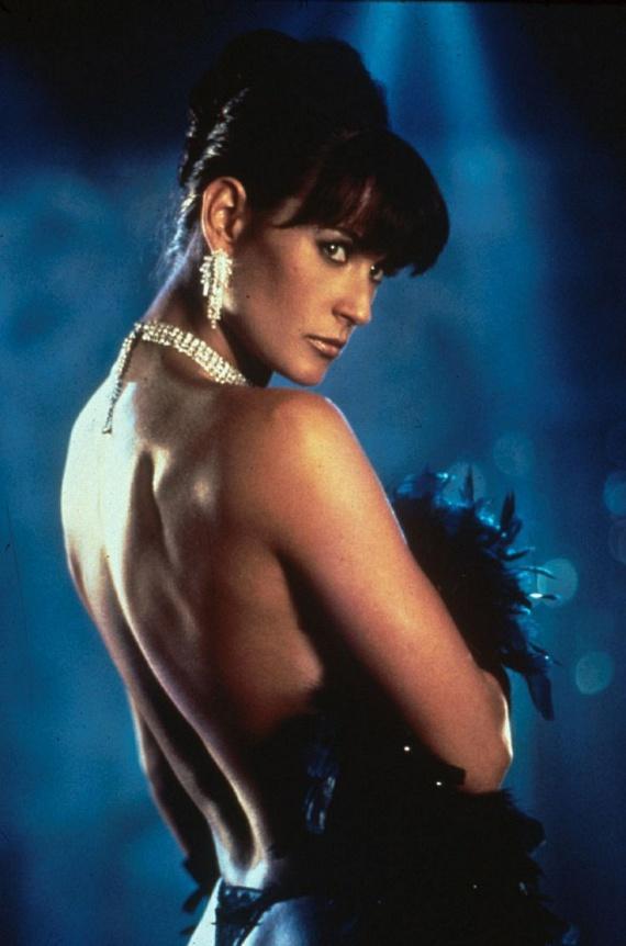1996-ban Demi Moore lett a világ legjobban fizetett színésznője, amikor a Sztriptíz című erotikus film főszerepéért 12 és fél millió dolláros gázsit kapott. Andrew Bergman filmjének sztriptízjelenetében a színésznő ki is tett magáért - a film viszont óriásit bukott a kritikusok körében.