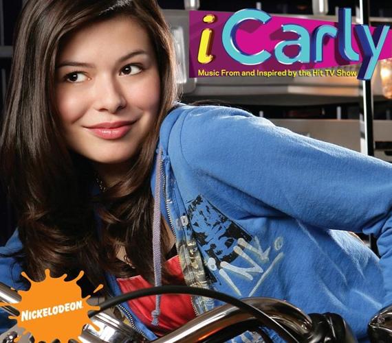 A Miranda által megtestesített Carly titokban, iCarly néven saját netes showműsort indít. A zenés tinisorozat nálunk is fut a Nickelodeonon.