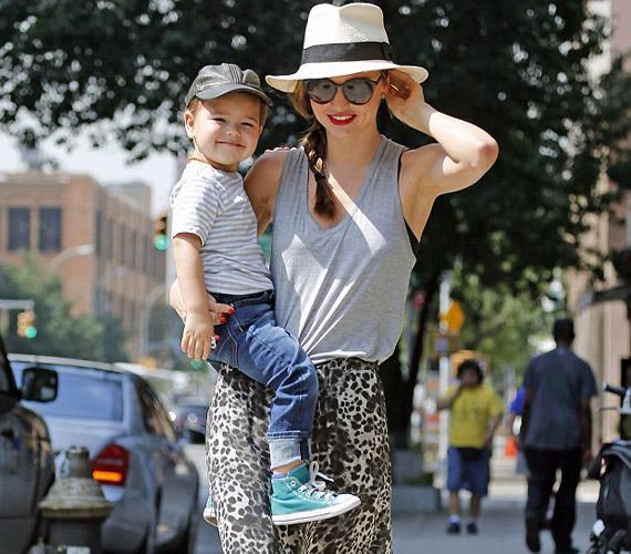 A modell kisfia anyukája ölében a legboldogabb, látszik, hogy szimbiózis van közöttük.