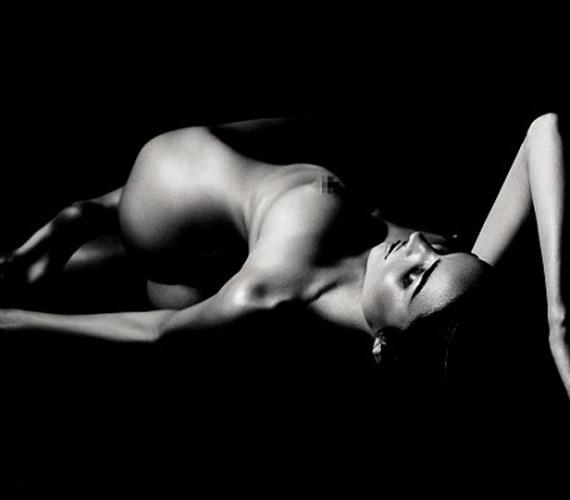 A fekete-fehér fotósorozatot Wlly Vanderperre készítette a sztárról Párizsban.
