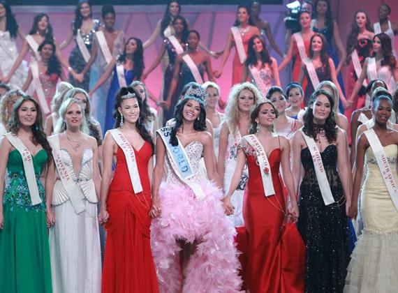 Elöl a hét döntős szépség, középen a győztes, Miss Venezuela.