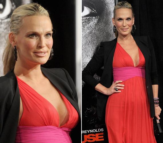 Molly Sims merészen dekoltált ruhát választott a Safe House című mozi február 7-i bemutatójára.