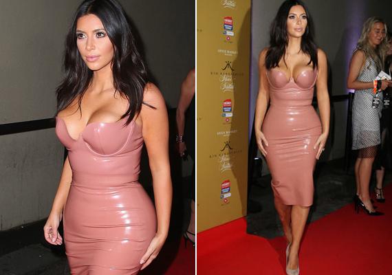 Máig rejtély, hogy passzírozta be magát 2014-ben Kim Kardashian ebbe a lazacrózsaszín latex miniruhába. Szinte járni sem tudott az Atsuko Kudo ruhában.