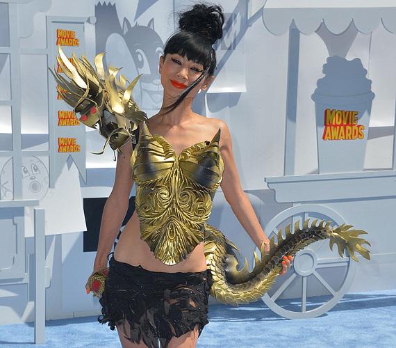 Bai Ling imádja a feltűnést a vörös szőnyegen, az MTV Movie Awardsra sárkánynak öltözött, bár feltehetően nem volt túl kényelmes a viselete.