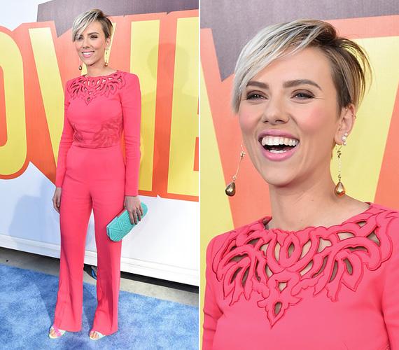 Scarlett Johansson elképesztően vékonynak tűnt pink Zuhair Murad overalljában, amelyhez egy türkiz clutch-ot választott kiegészítőnek.