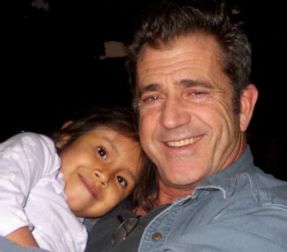 Az 59 éves Mel Gibson-nak eddig nyolc gyermeke született, a 34 éves Hannah, a 32 éves ikrek, Edward és Christian, a 30 éves William, a 27 éves Louis, a 25 éves Milo, a 16 éves Thomas és a 6 éves Lucia. A színész tényleg nagyon szereti a gyerekeket, gyakran szerepel jótékonysági rendezvényeken vendégelőadóként. A képen egy Dominica nevű kislánnyal látható egy gyermekjóléti alapítvány karácsonyi buliján.