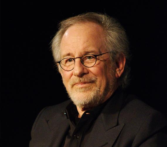 A 68 éves rendezőnek, Steven Spielberg-nek összesen hét gyermeke van, közülük négy saját, három pedig adoptált. Spielberg kétszer volt házas, második feleségével Kate Capshaw-val 1991-ben esküdtek meg.