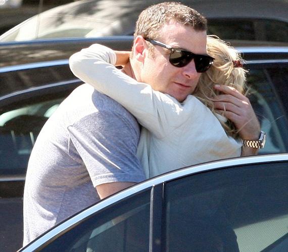 Mint a friss szerelmesek, a csókot követően ölelkezni kezdtek.