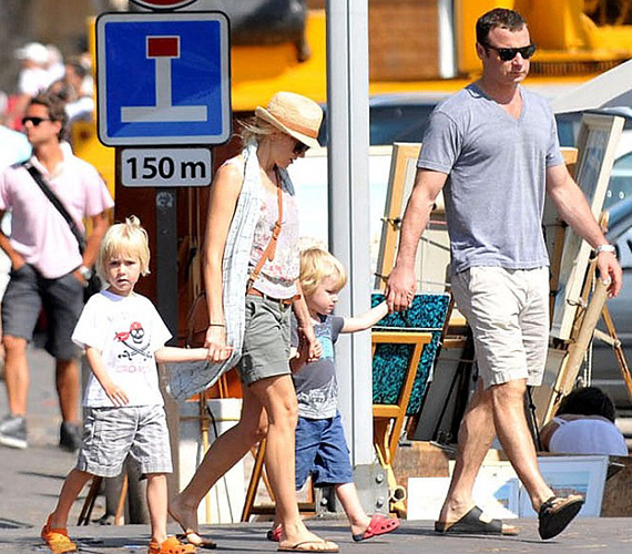 Saint Tropez-ban a gyerekeik is velük voltak. A törölközőt elnézve a család feltehetően a tengerpartra igyekszik.